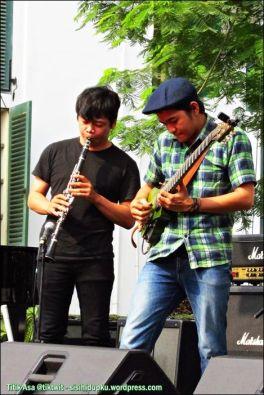 Gaya bermain gitar Tesla Manaf.