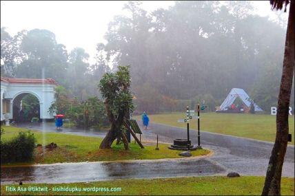 Hujan deras mengguyur.