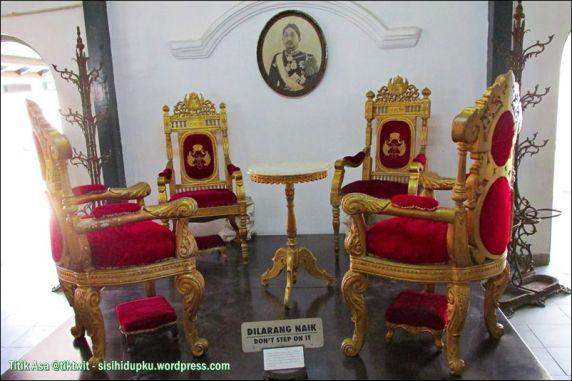 Kursi peninggalan Sri Sultan Hamengku Buwono VIII.