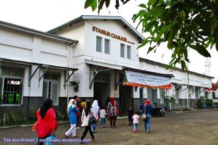 Suasana stasiun Cianjur siang hari