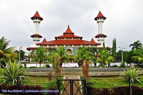 Masjid Agung Cianjur ditatap dari Alun-Alun Cianjur