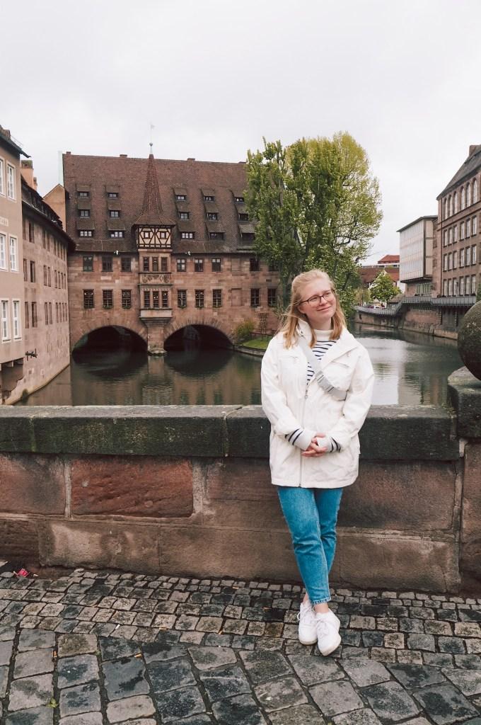 Doro bei unserer Tagestour durchs mittelalterliche Nürnberg, direkt vor dem Heilig-Geist-Spital