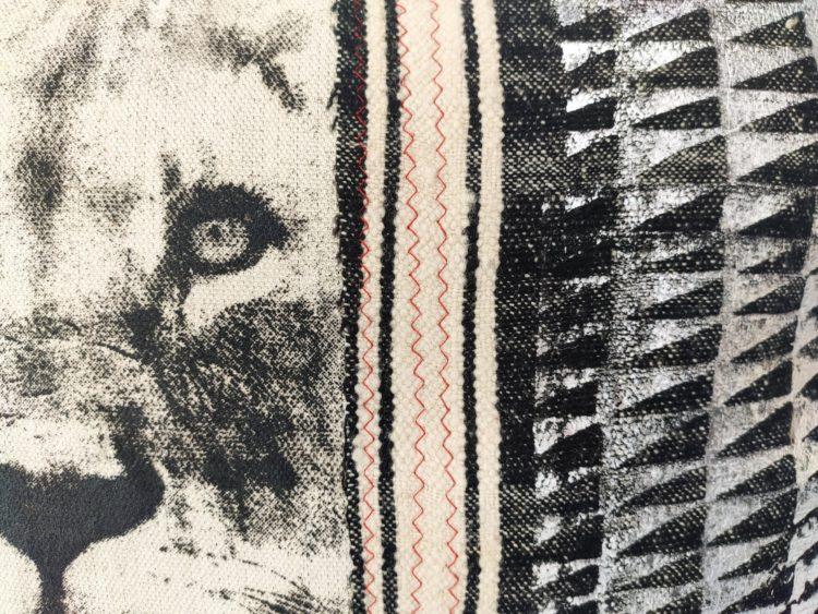 détails housse de coussins lion