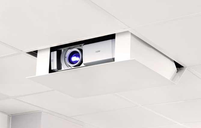 Soporte de proyector motorizado para ocultarlo en el techo instalado por SistemasAudiovisuales - VisualPlanet