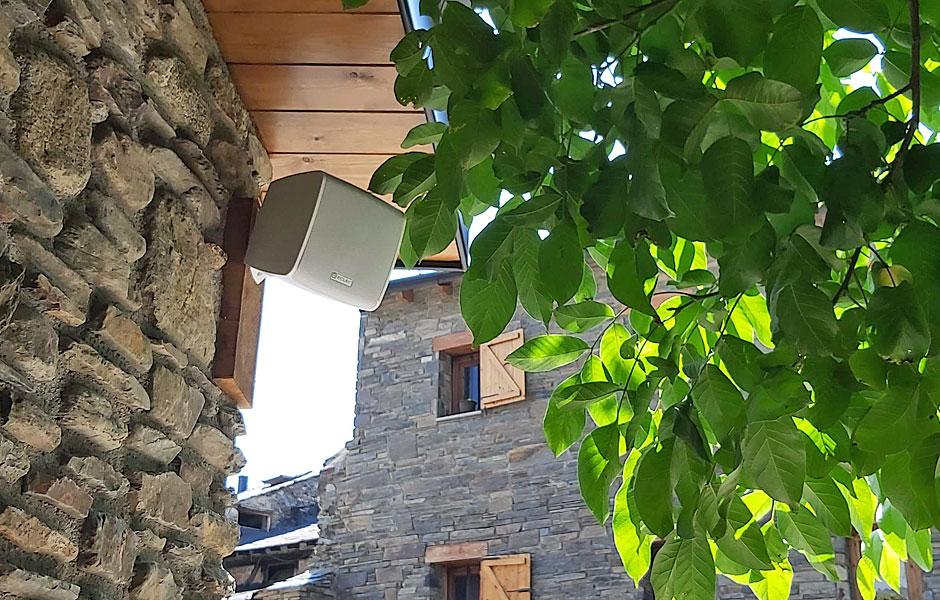 Altavoces-Intemperie-instalados-en-restaurante-Cal-Cofa