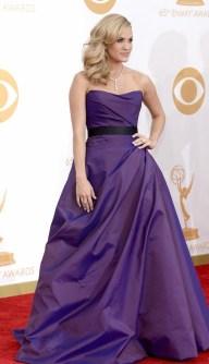 Carrie Underwood tem um histórico muito bom em red carpets e curti o vestido roxo de Ramon Keveza. A cara dela.