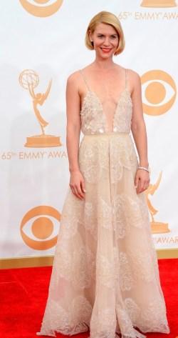 Esse vestido de Claire Danes pode ser Armani Privé, mas não consegui gostar desse look. A começar esse capacete amarelo em forma de cabelo me desagrada e achei que o vestido, ao invés de realçar a loira, apagou ainda mais.