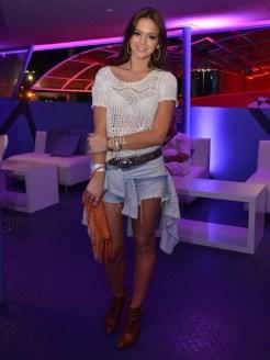 Bruna Marquezine sempre linda. Se no primeiro fim de semana ela apostou no pretinho, dessa vez ela saiu do básico e criou uma produção cheia de estilo.