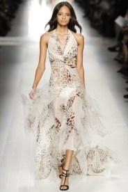 Esse vestido da Blumarine é lindo, feminino e delicado. A marca tem muitas opções para eventos de gala.