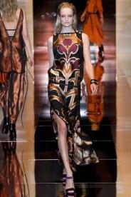 Vestido poderoso da Gucci. Cores vivas e fenda na perna são a chave dessa produção.