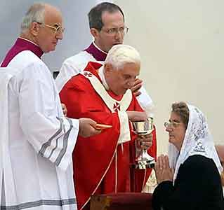 Communion-dans-la-Bouche-Benoit-XVI.jpg