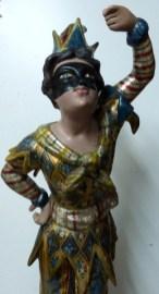 Statuette d'Arlequin dorée et polychrome. Vernis colorés.