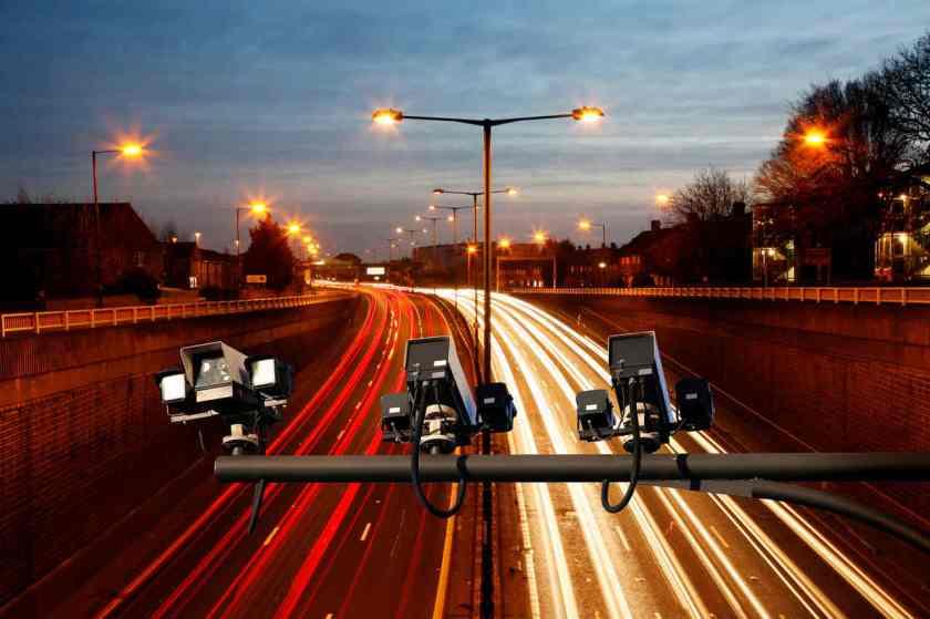 radar de velocidade em cima de uma avenida
