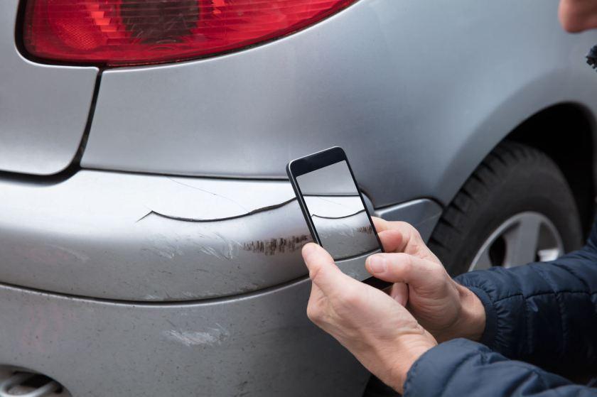 motorista tira foto com celular de risco no carro