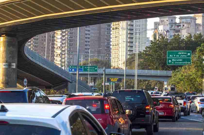 transito de carros em avenida de sao paulo