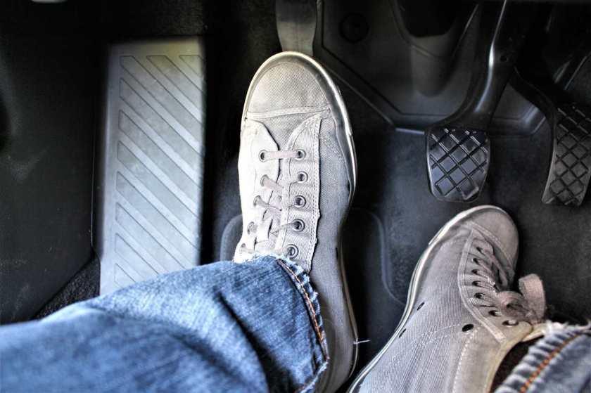 pe sobre o pedal da embreagem