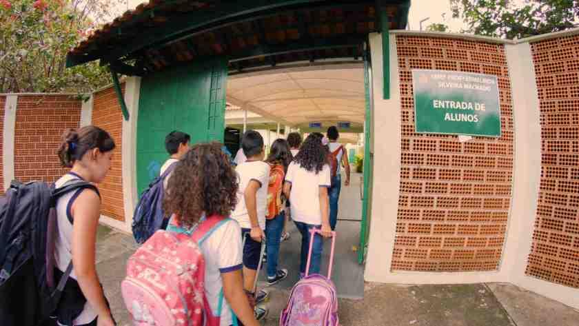 criancas entram em escola publica