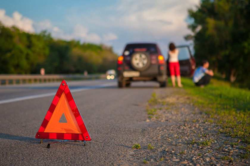 carro parado na estrada por falta de combustivel