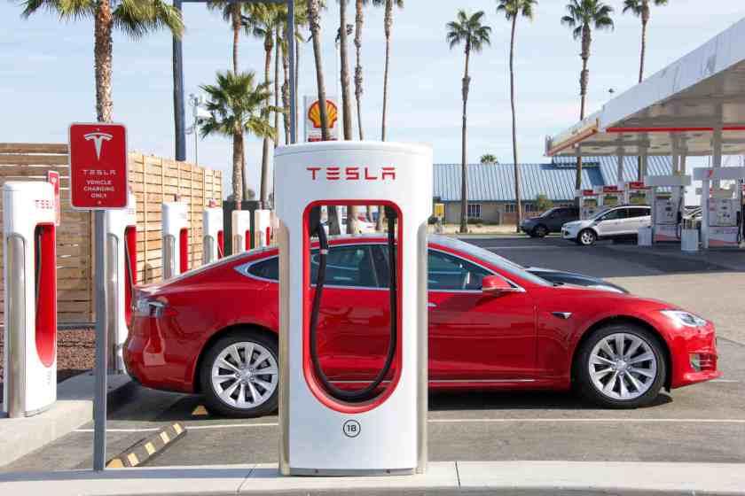carro da Tesla em ponto de recarga rápida nos Estados Unidos