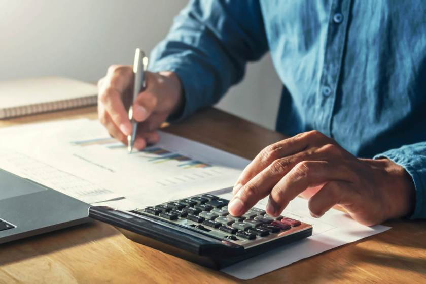 homem calcula renda para declaração de imposto de renda