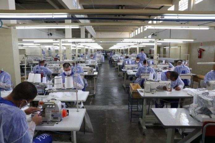 Presídios brasileiros produzem mais de 1,5 milhão de máscaras por semana
