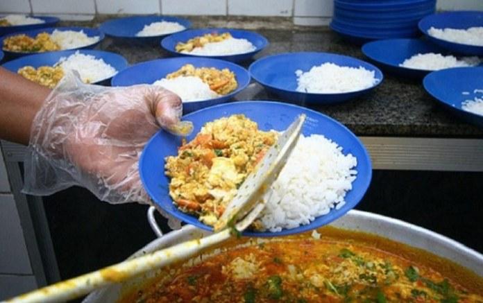 Kits de alimentação escolar continuam sendo entregues durante pandemia