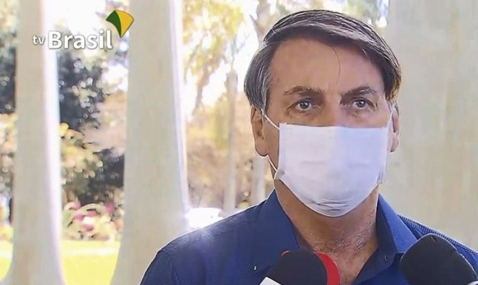 Após testar positivo, Bolsonaro minimiza Covid-19, toma cloroquina e diz estar bem