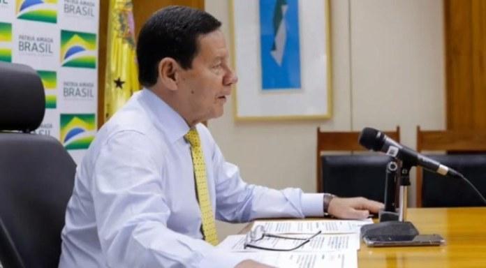 Em programa de rádio, Mourão fala sobre fiscalização na Amazônia