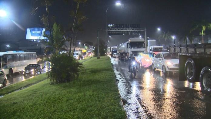 Na BR-101, na Serra, o trânsito ficou congestionado em função da chuva