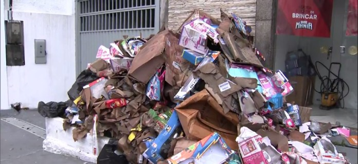 Brinquedos e caixas que foram molhados na inundação da loja em Laranjeiras