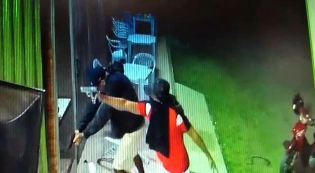 Criminosos estavam com o rosto coberto — Foto: Reprodução