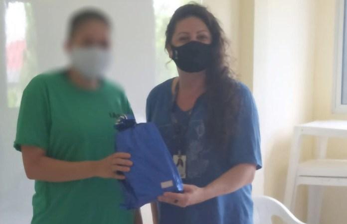 Rapaz transexual, socioeducando do Iases, recebeu binder de presente da coordenadora da Associação Gold — Foto: Divulgação/Associação Gold
