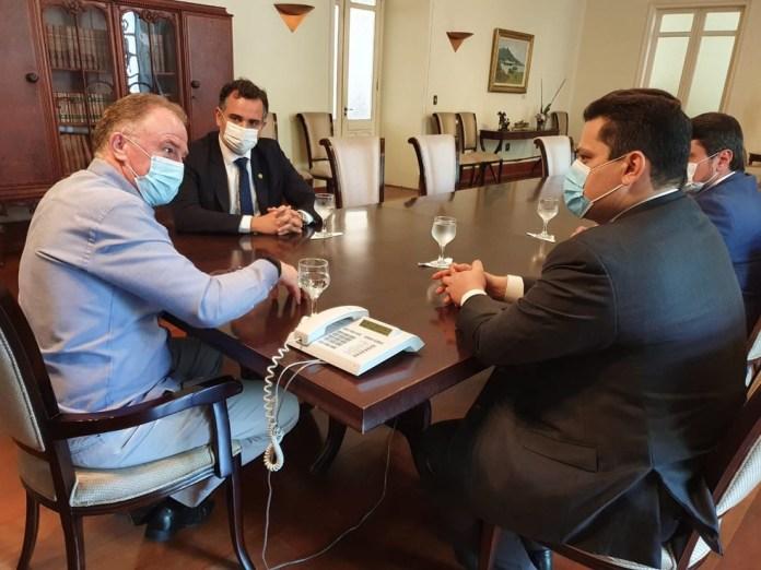 Governador do Espírito Santo, Renato Casagrande (PSB), recebeu, nesta segunda-feira (11), a visita do presidente do Senado, Davi Alcolumbre (DEM) — Foto: Giovani Pagotto/Governo do ES