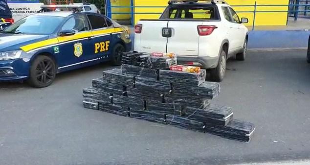 Homem foi preso levando 343 kg de maconha em carroceria de caminhonete — Foto: Divulgação/PRF