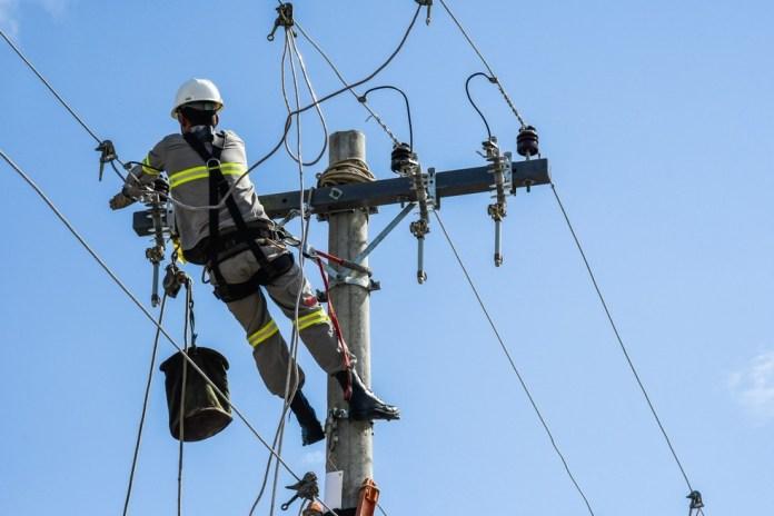 Funcionário trabalha em rede de distribuição de energia no Espírito Santo — Foto: Divulgação/EDP