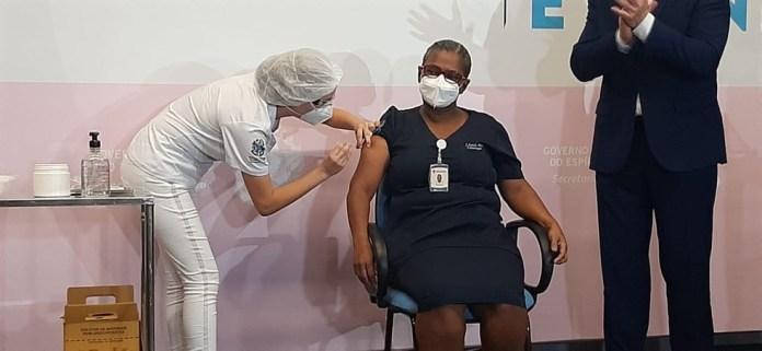 Técnica de enfermagem é vacinada no Espírito Santo — Foto: Any Cometti/ G1