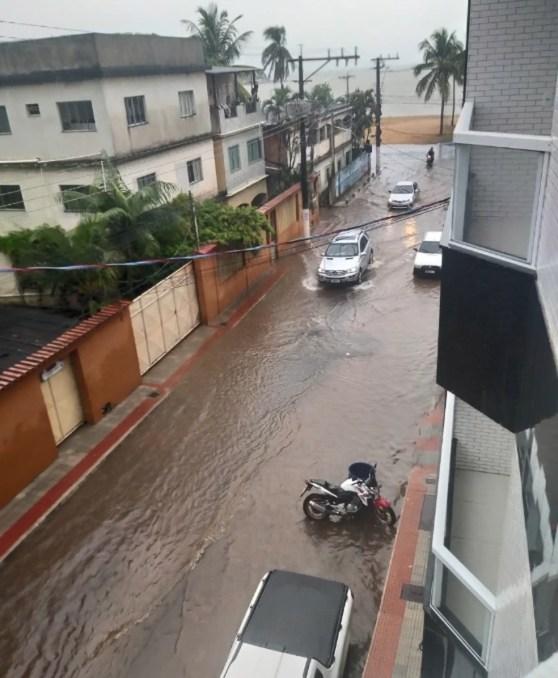Chuva alaga rua em Piúma, no Sul do ES.