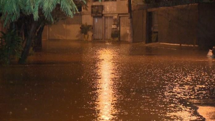 No bairro Ilha dos Ayres, em Vila Velha, uma rua ficou alagada