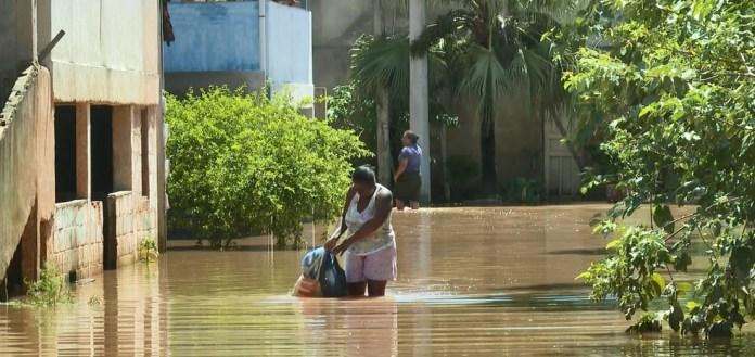 Água invadiu ruas em Pacotuba, em Cachoeiro de Itapemirim