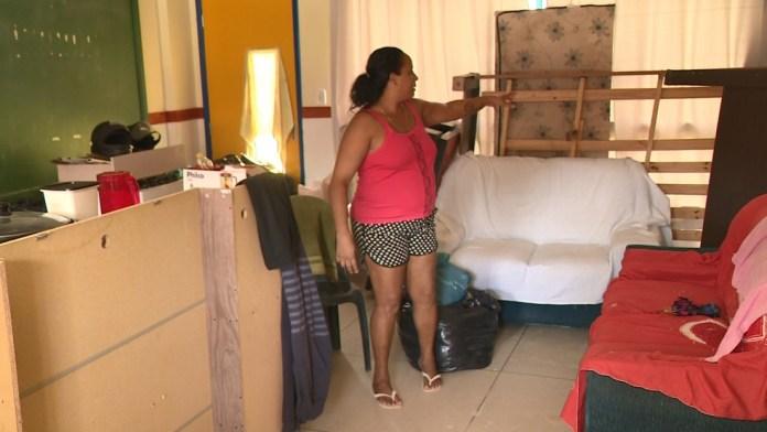 Moradora de Bom Jesus do Norte levou todos os móveis para abrigo, no Sul do ES — Foto: Reprodução/ TV Gazeta