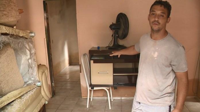 Depois de perder tudo em chuva anterior, morador levanta móveis em enchente no Sul do ES — Foto: Reprodução/ TV Gazeta