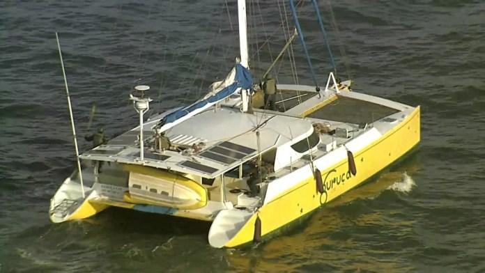 Veleiro interceptado e carregado com 1,5 tonelada de cocaína chegou ao Recife na manhã desta terça-feira (16) — Foto: Reprodução/TV Globo