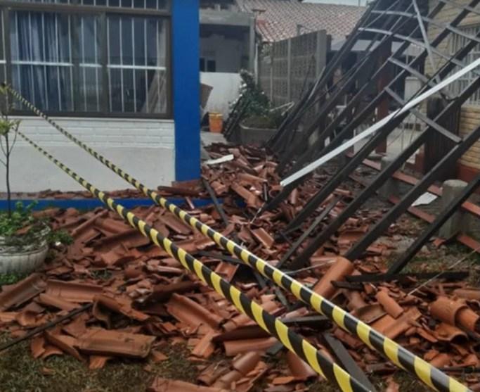 Na região de Jacaraípe, na Serra, uma pessoa se feriu devido ao destelhamento de uma casa