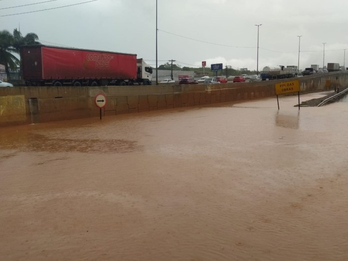Alagamento próximo ao viaduto da BR-262 em Viana — Foto: Gabriela Ribeti/TV Gazeta