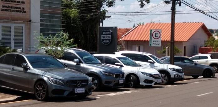 14 carros foram apreendidos na operação que investiga sonegação de R$ 1 bilhão na comercialização de café — Foto: Leopoldo Karam/RPC Londrina