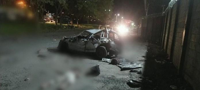 Carro com oito pessoas capotou e três pessoas morreram