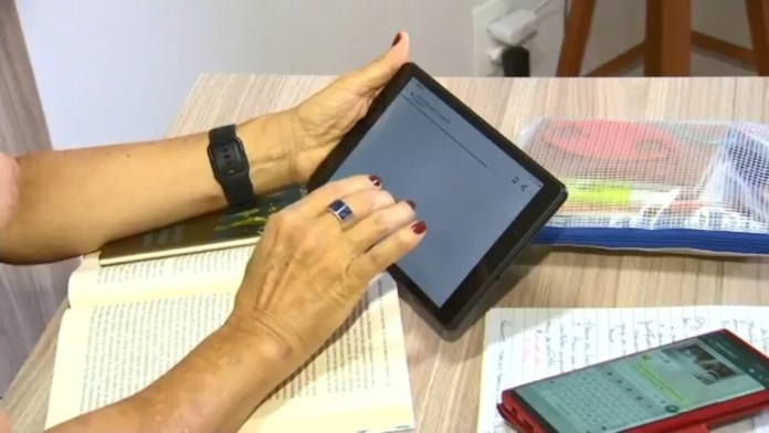 Aluna faz cursos online em casa — Foto: Reprodução/TV TEM