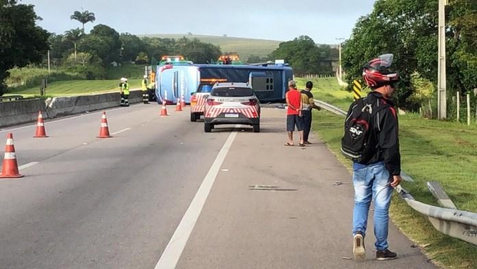 Ônibus que seguia do ES com destino a SP tomba na BR-101, no RJ; duas pessoas tiveram ferimentos leves — Foto: Ana Carolini Mota/Inter TV