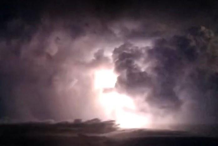 Moradores filmaram raios em Guaçuí