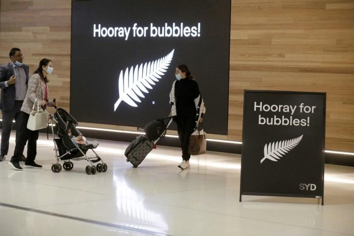 Passageiros se preparam no Aeroporto de Sydney, na Austrália, para pegar um voo para a Nova Zelândia, em 19 de abril de 2021, com a abertura da tão esperada bolha de viagens entre os dois países — Foto: Rick Rycroft/AP
